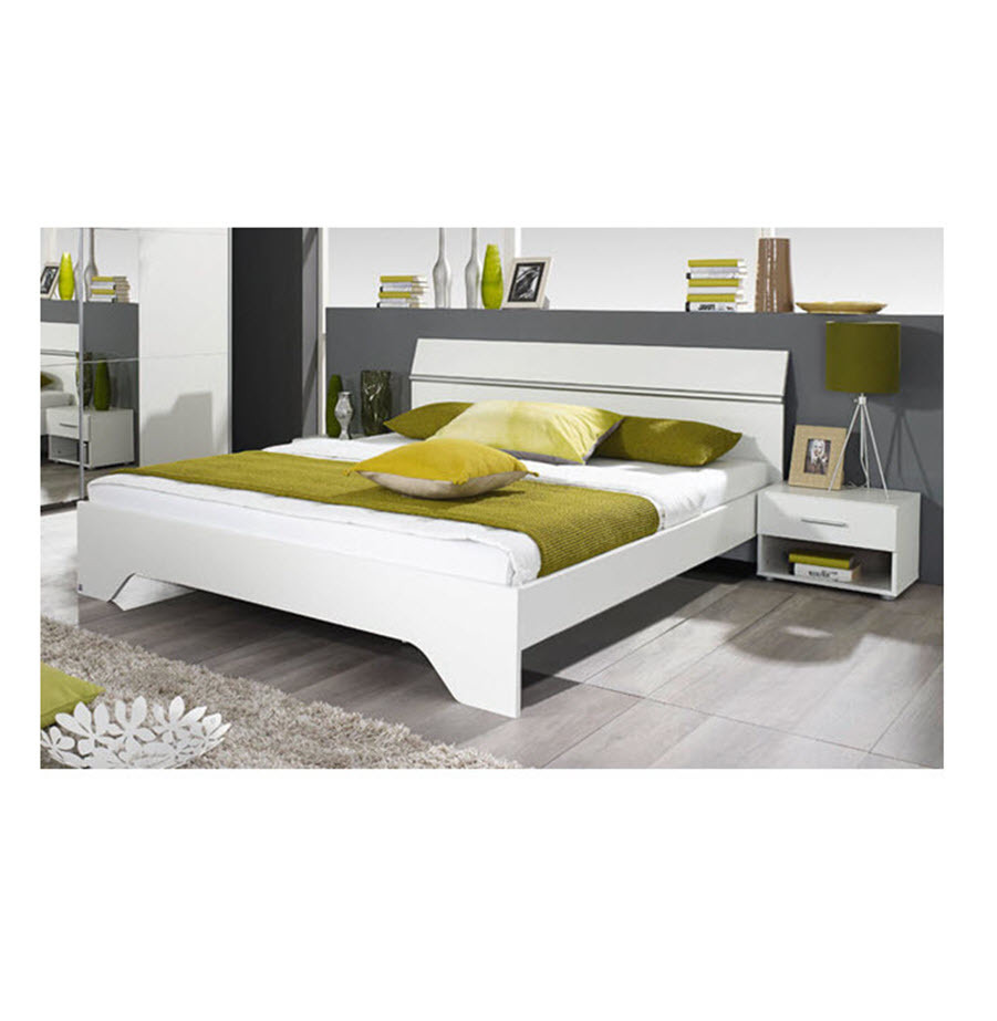 מיטה זוגית עם זוג שידות לילה